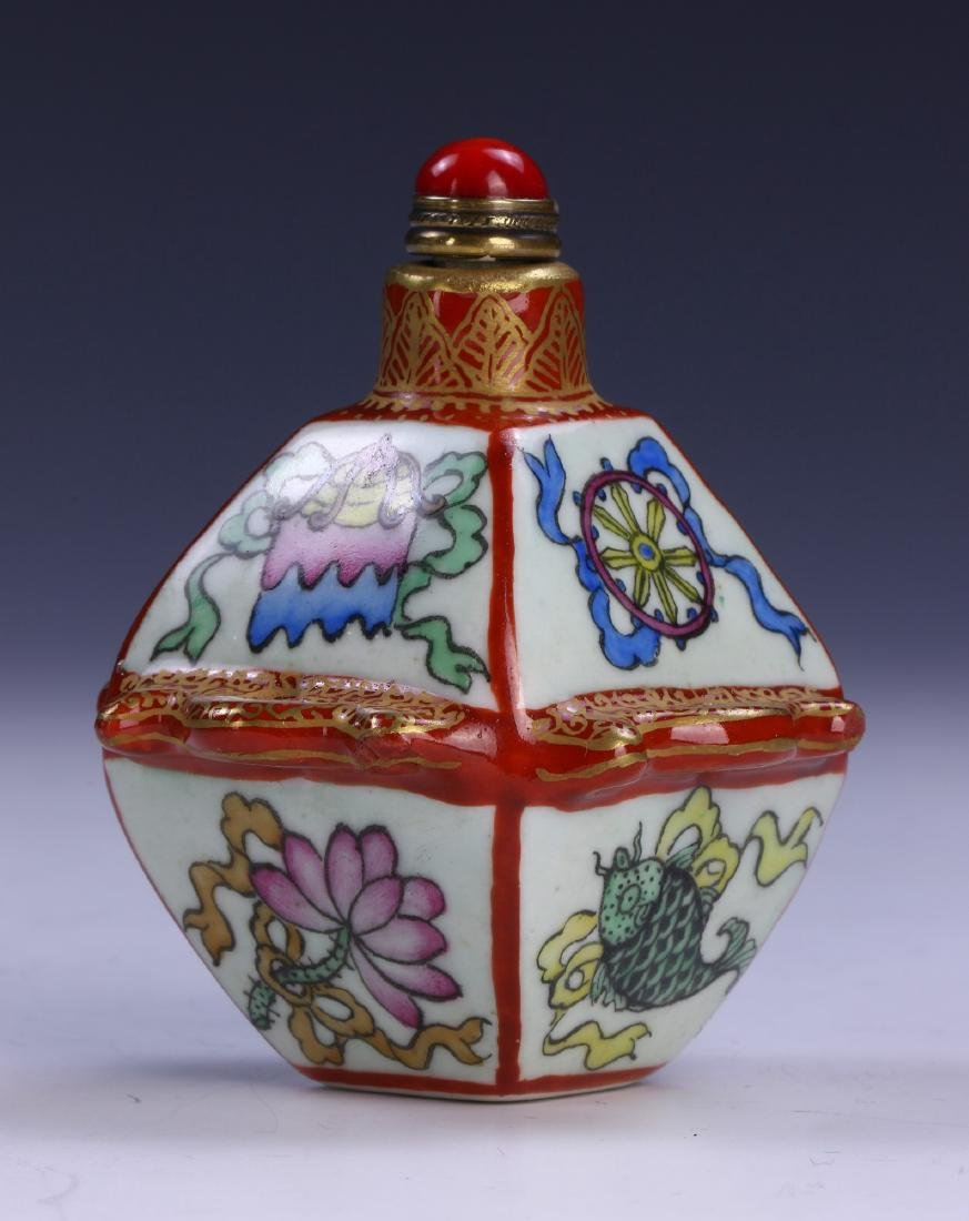 A CHINESE ANTIQUE FAMILLE ROSE PORCELAIN SNUFF BOTTLE