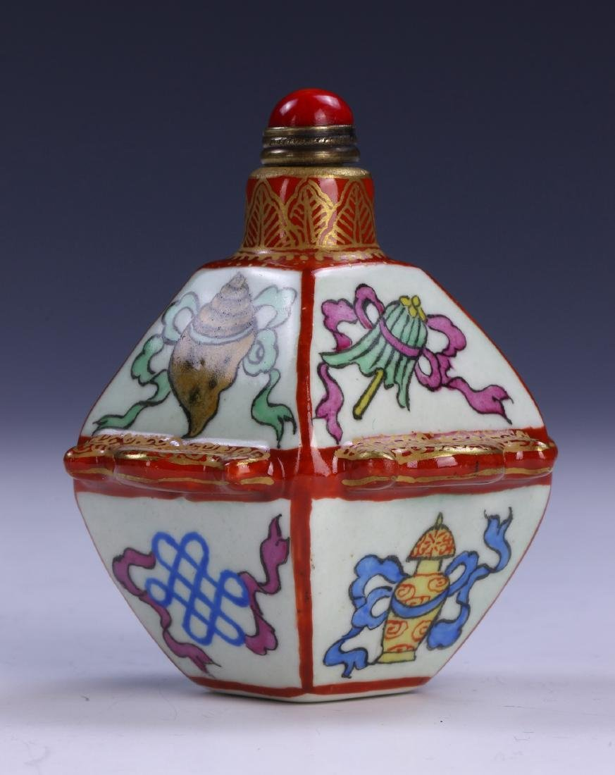 A CHINESE ANTIQUE FAMILLE ROSE PORCELAIN SNUFF BOTTLE - 2