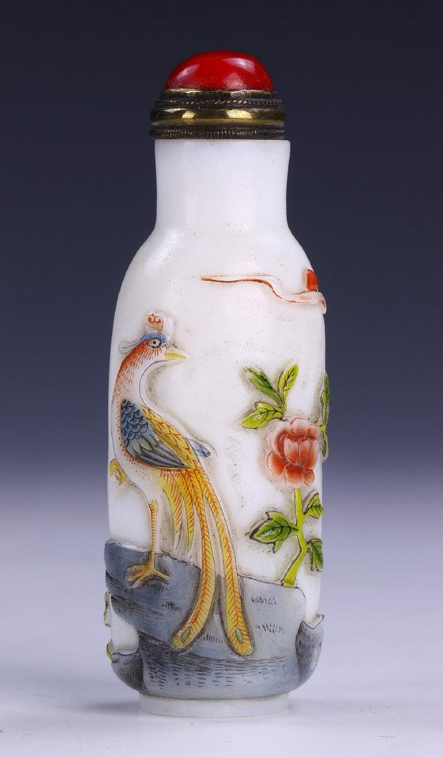 A CHINESE ANTIQUE OVERLAY PEKING GLASS SNUFF BOTTLE