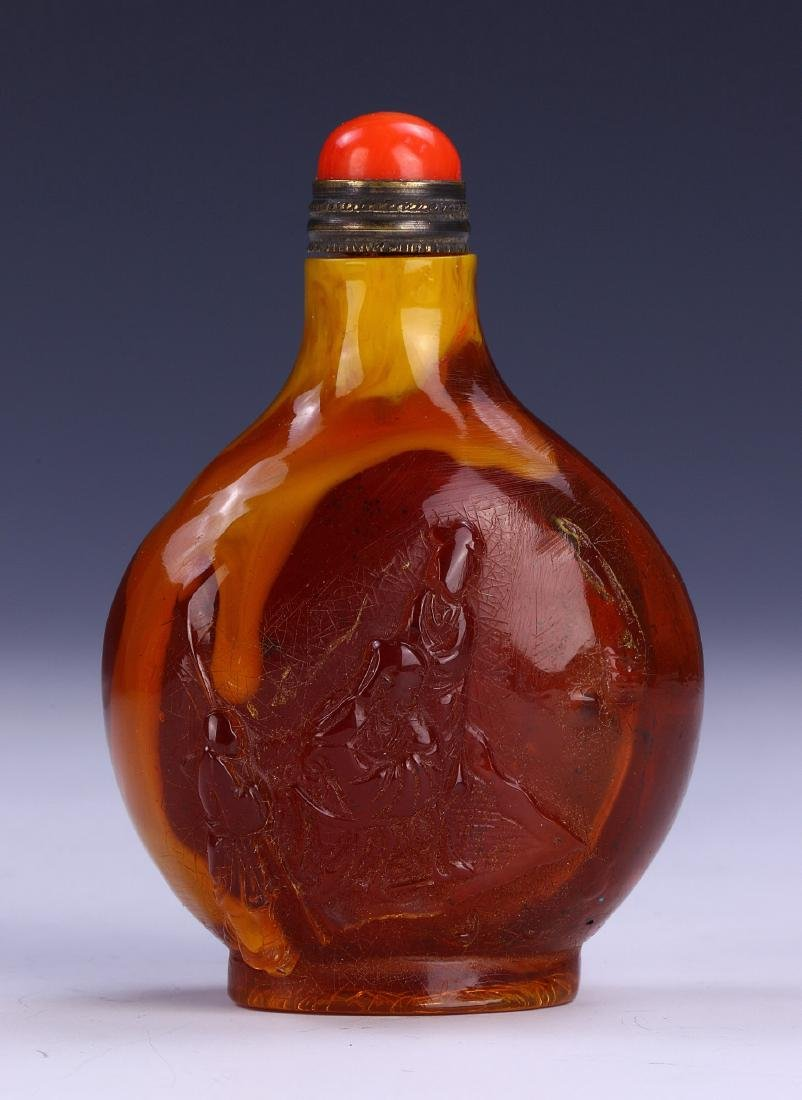 A CHINESE ANTIQUE AMBER SNUFF BOTTLE