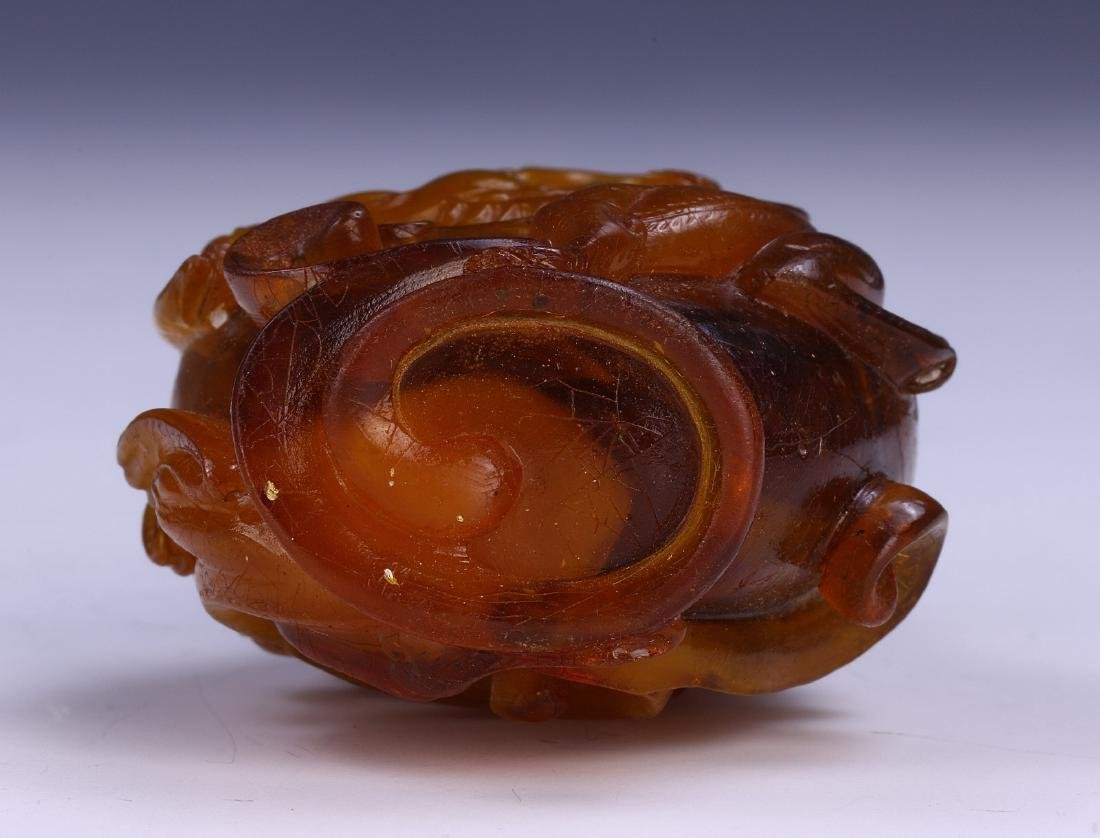 A CHINESE ANTIQUE AMBER SNUFF BOTTLE - 3