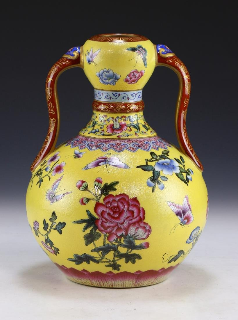 A CHINESE ANTIQUE FAMILLE ROSE YELLOW GROUND PORCELAIN