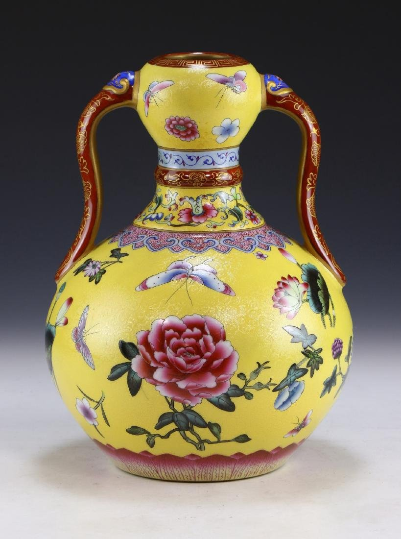 A CHINESE ANTIQUE FAMILLE ROSE YELLOW GROUND PORCELAIN - 2