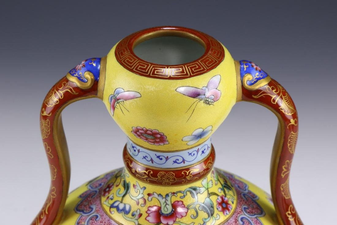 A CHINESE ANTIQUE FAMILLE ROSE YELLOW GROUND PORCELAIN - 3