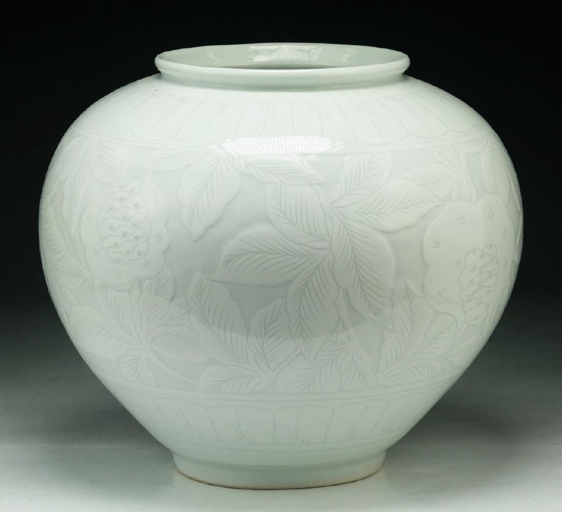 A CHINESE ANTIQUE WHITE GLAZED PORCELAIN JAR