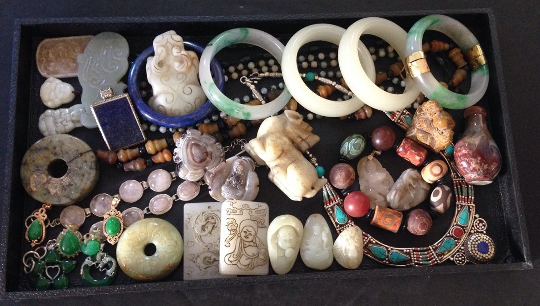 LARGE GROUP OF JADE AND JEWELRY COLLECTION