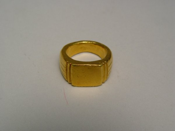 1008: Gent's Solid Gold Signet Ring