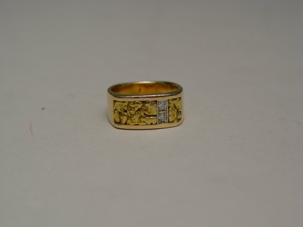 1009: Lady's 14k Gold & Diamond Ring