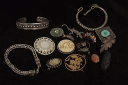Sundry silver jewellery etc, including brooches,