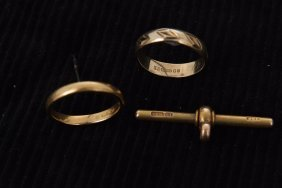 A 22ct gold weedding ring, 2.5gms, a 15ct gold guard