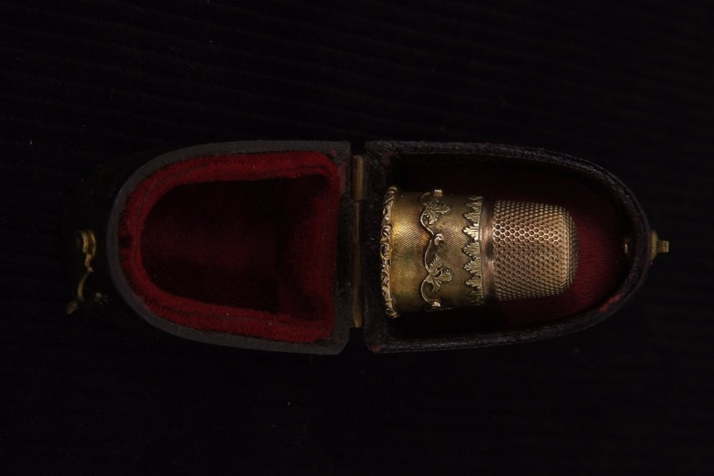 A Victorian gold thimble with foliate decoration,