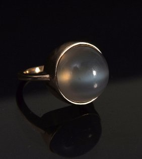 A 9ct gold moonstone ring, size O, (10g)