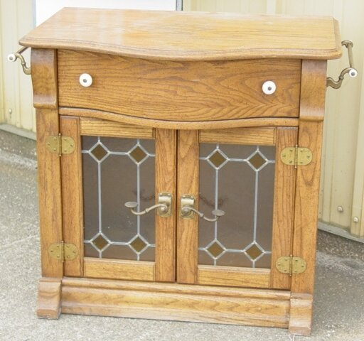 "7: Oak commode with towels bars, ""Keepsakes"""