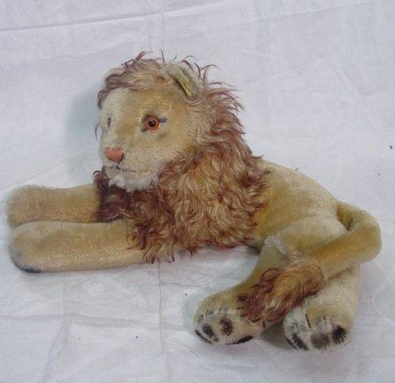 1009: Steiff lion with button