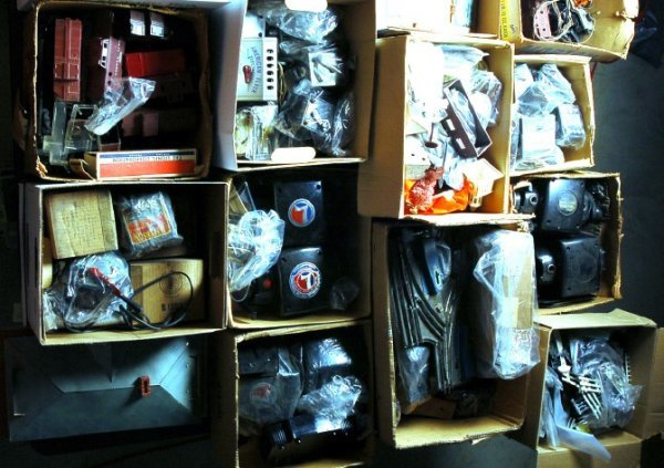 800: MASSIVE Lionel, American Flyer parts lot 4 tables