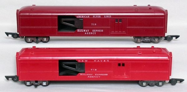 1018: Two American Flyer 718 mail cars