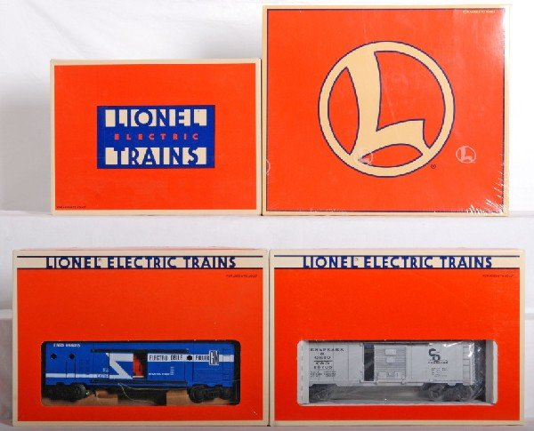 1002: 4 Lionel operating cars cola, generator, etc.