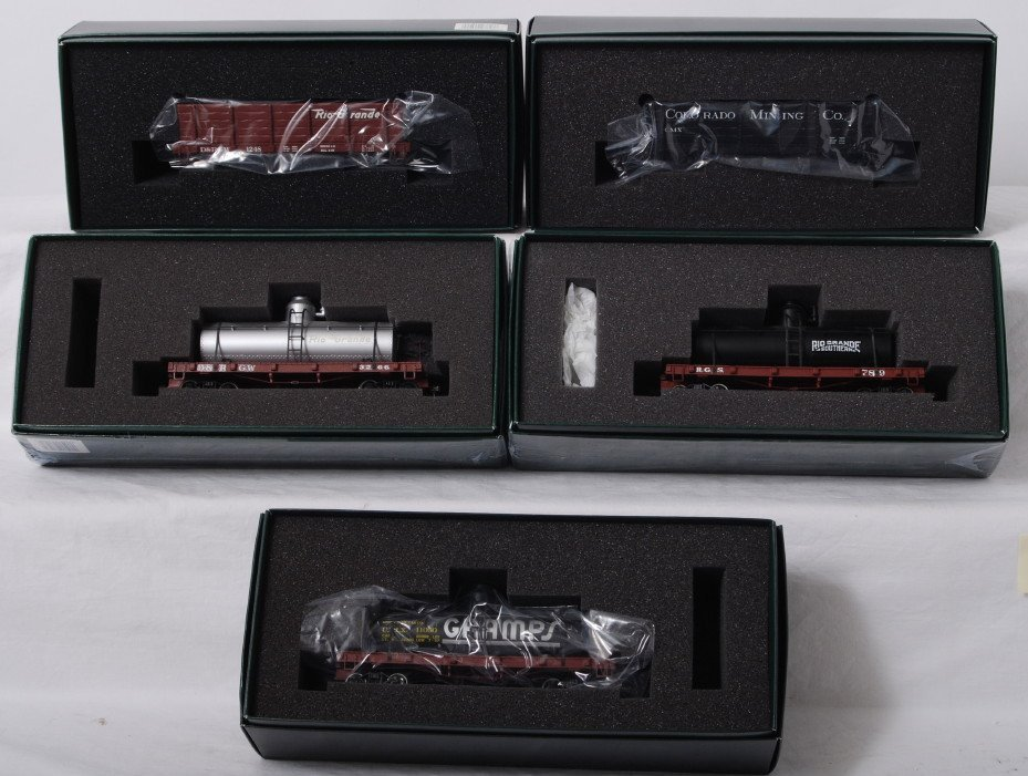 809: 5 Bachmann Spectrum ON30 freight cars