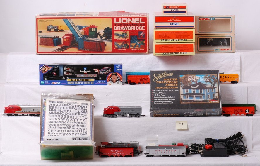 7: Mixed lot of Lionel and HO trains and accessories