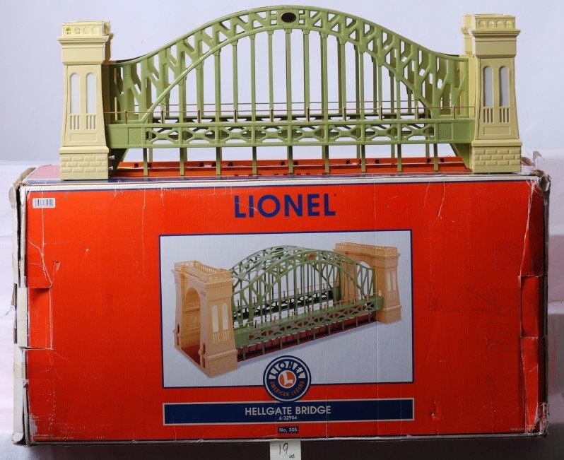 19: Lionel 32904 green and cream Hellgate bridge