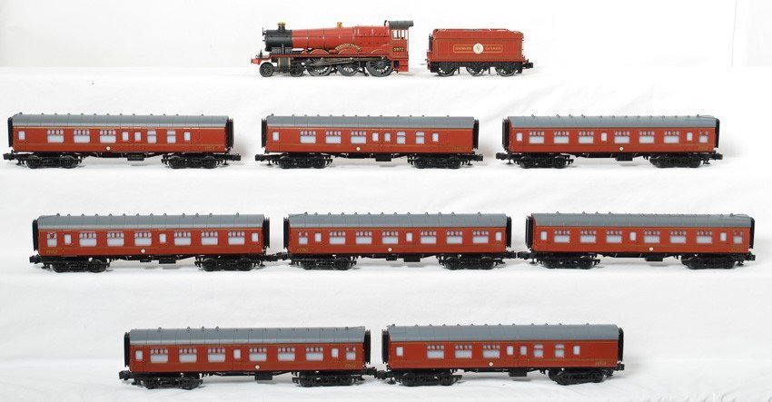 Lionel Hogwarts Express and 8 passenger cars