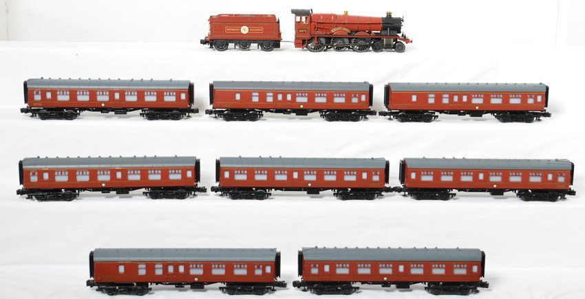 Lionel Hogwarts Express and 8 passenger cars - 2