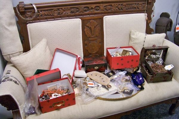 518: VERY LARGE LOT OF VINTAGE COSTUME JEWELRY
