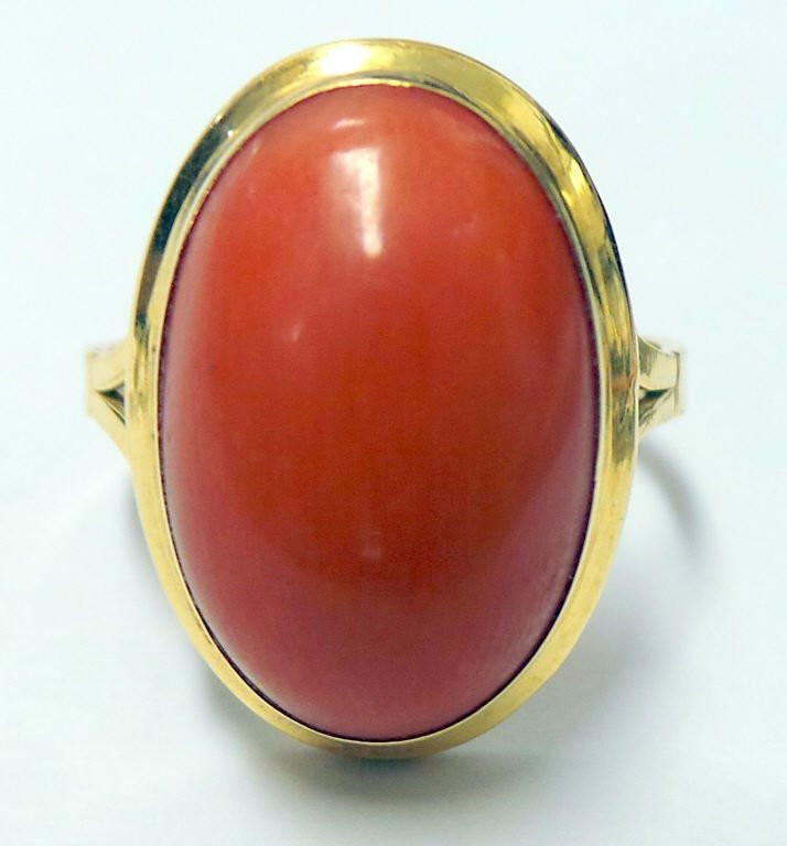 18K Ring with Solitaire Cabochon Coral