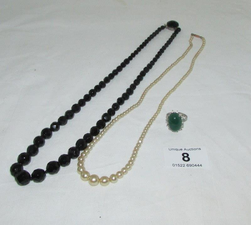 A row of pearls with silver clasp, a French jet
