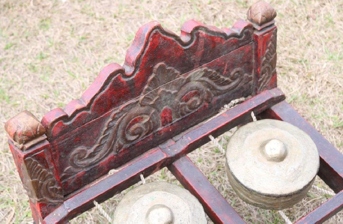 20TH C. TIBETAN GONG ON CARVED AND PAINTED BED - 2