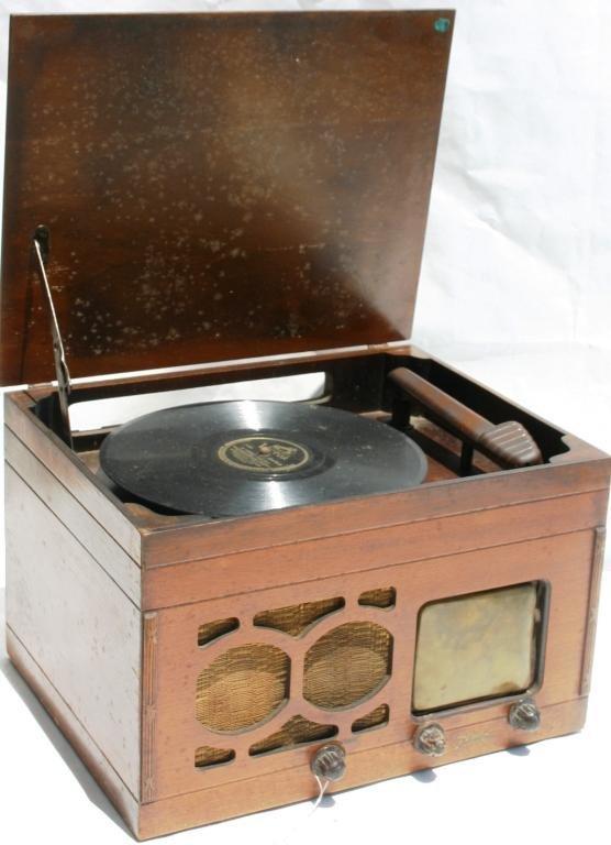 10: 1942 ZENITH TABLE RADIO/RECORD PLAYER MODEL 5-R-680