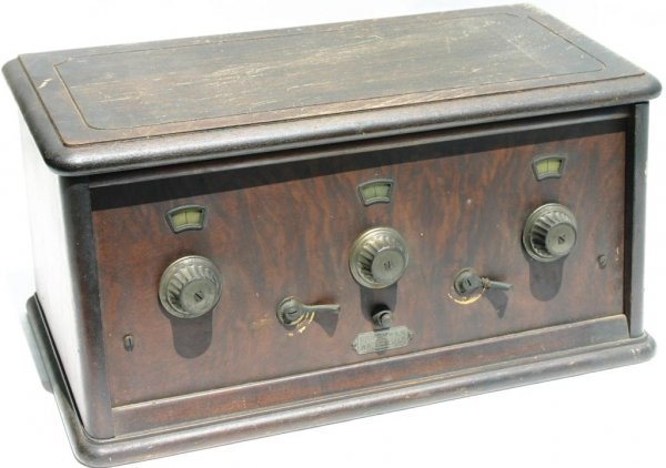 15: WOOD TABLE RADIO, FRESHMAN MASTERPIECE HAS NO TUBES