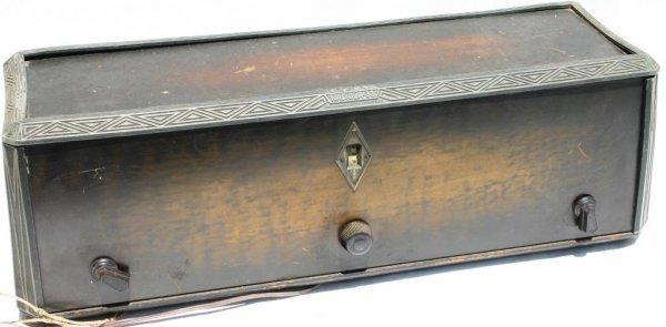 18: RCA RADIOLA MODEL 33 WOOD GRAIN METAL CASE
