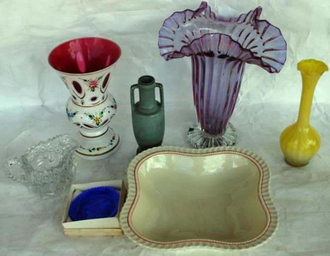 6: LOT TO INCLUDE OVERLAY VASE, AMETHYST VASE,