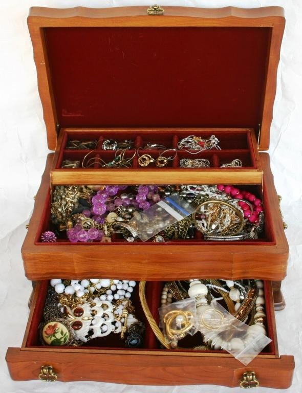 19: LIFT TOP JEWELRY BOX WITH DRAWER, FILLED WITH