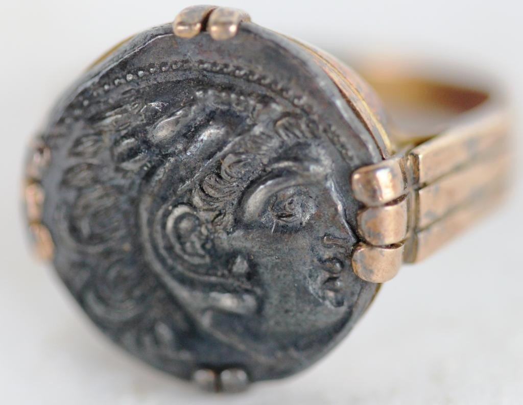 153: 18K YELLOW GOLD MENS RING, SET WITH OLD COIN