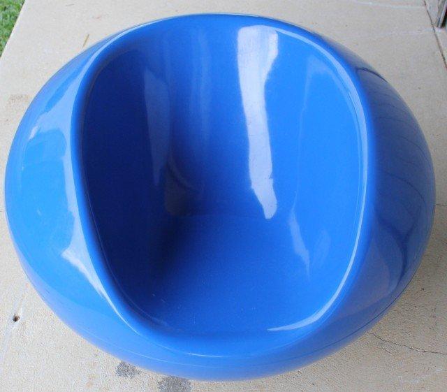 13: MID CENTURY MOLDED BLUE PLASTIC CHAIR