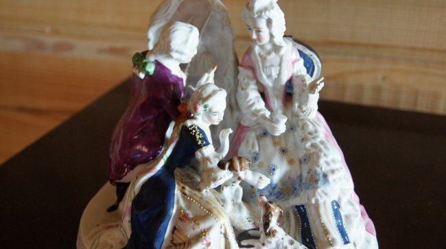 PORCELAIN FIGURINE - PAINTER AND TWO LADIES WITH DOGS