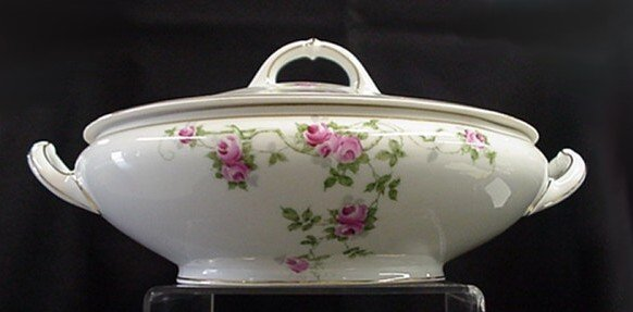 1005: Heinrick and Company covered serving bowl