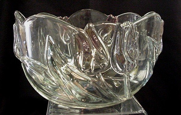 1013: Tulip design crystal serving bowl
