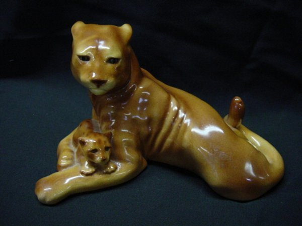"2015: Tony Studios ""Lioness with Cub"" figurine"