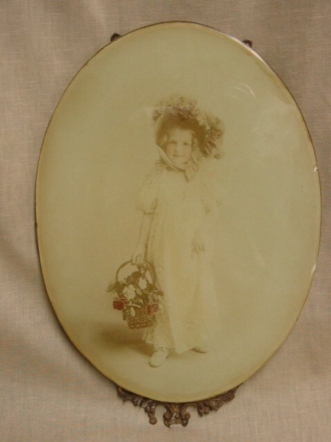 7007: Victorian oval frame with picture of little girl