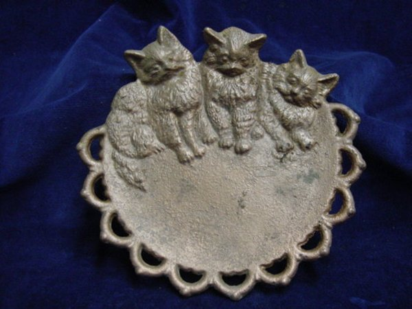 7017: Old cast iron 3 cats open lace plaque