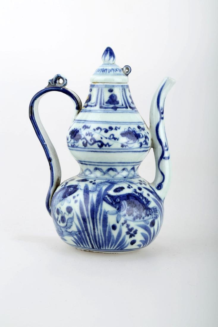 A BLUE AND WHITE PORCELAIN HANDLED EWER.C230.