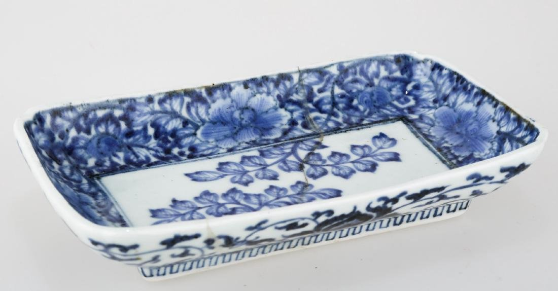 A CHINESE BLUE AND WHITE PORCELAIN SQUARE PLATE.THE