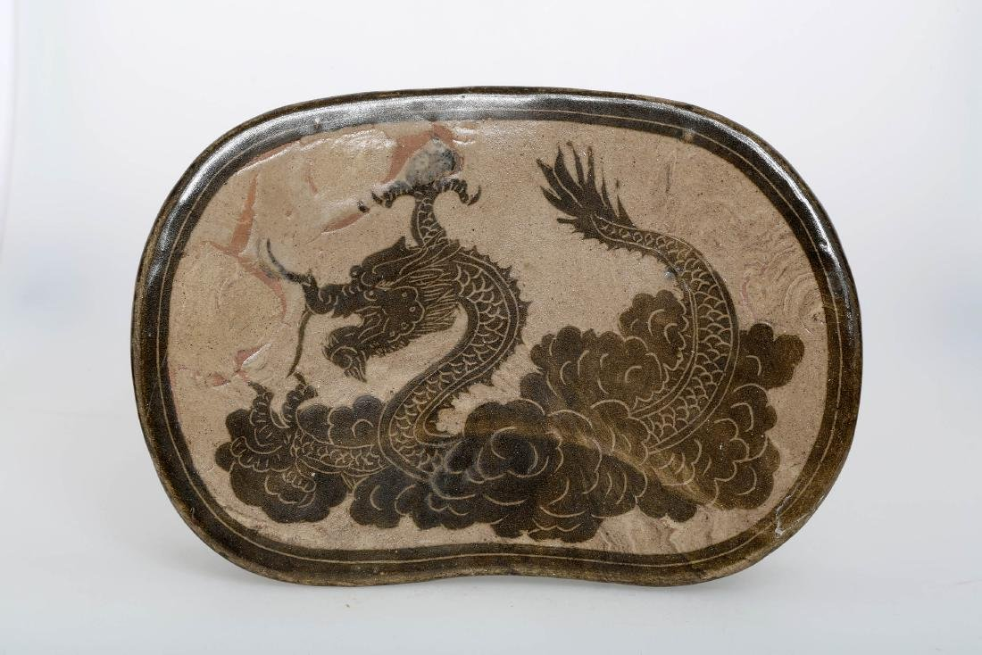 A JIZHOU KILN PORCELAIN DRAGON PATTERN PILLOW.C285.