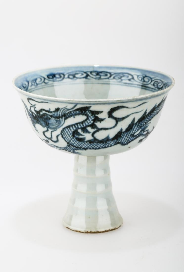 A MING DYNASTY STYLE HIGH FOOT BLUE AND WHITE PORCELAIN