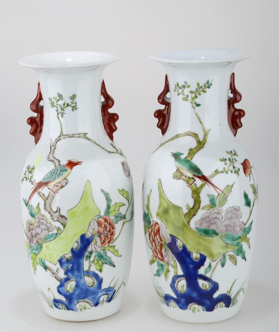 (2)  A PAIR OF FAMILLE ROSE PORCELAIN VASES. THE BASE