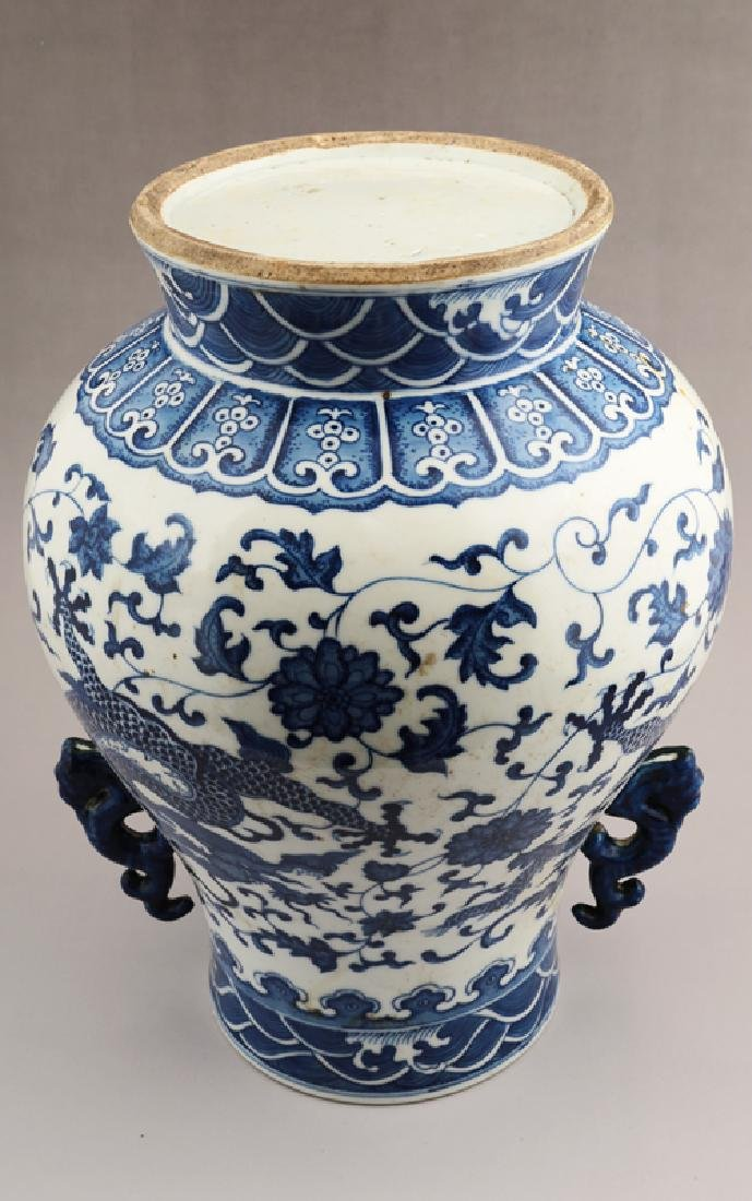 A BLUE AND WHITE ZUN-FORM VASE - 3