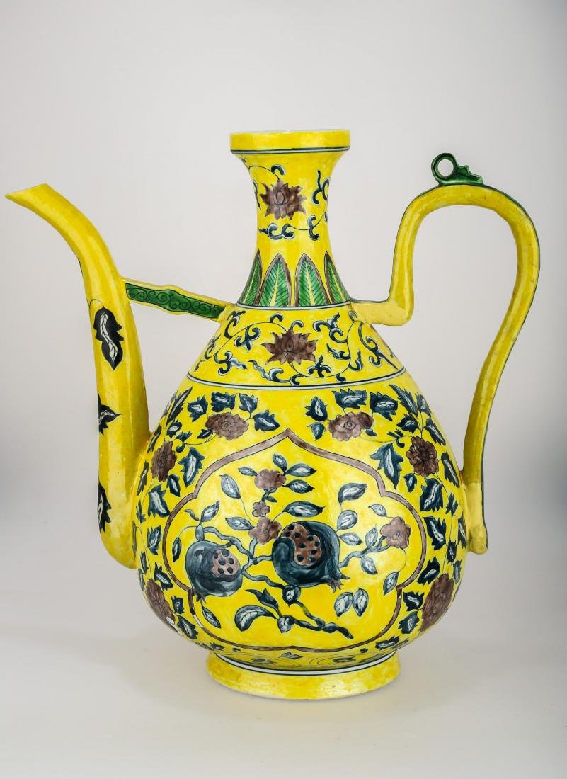 A YELLOW GROUND FAMILLE ROSE PORCELAIN VASE. THE BASE